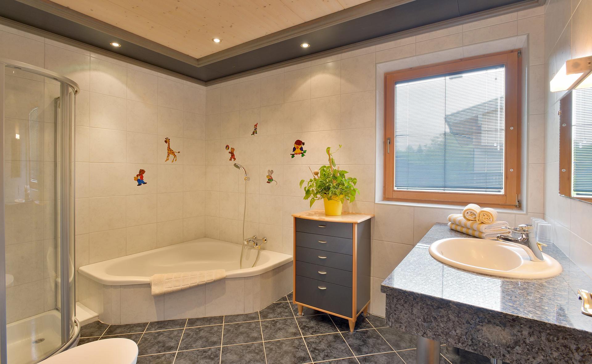 Familienfreundliches Badezimmer - Ferienwohnung Napoleon